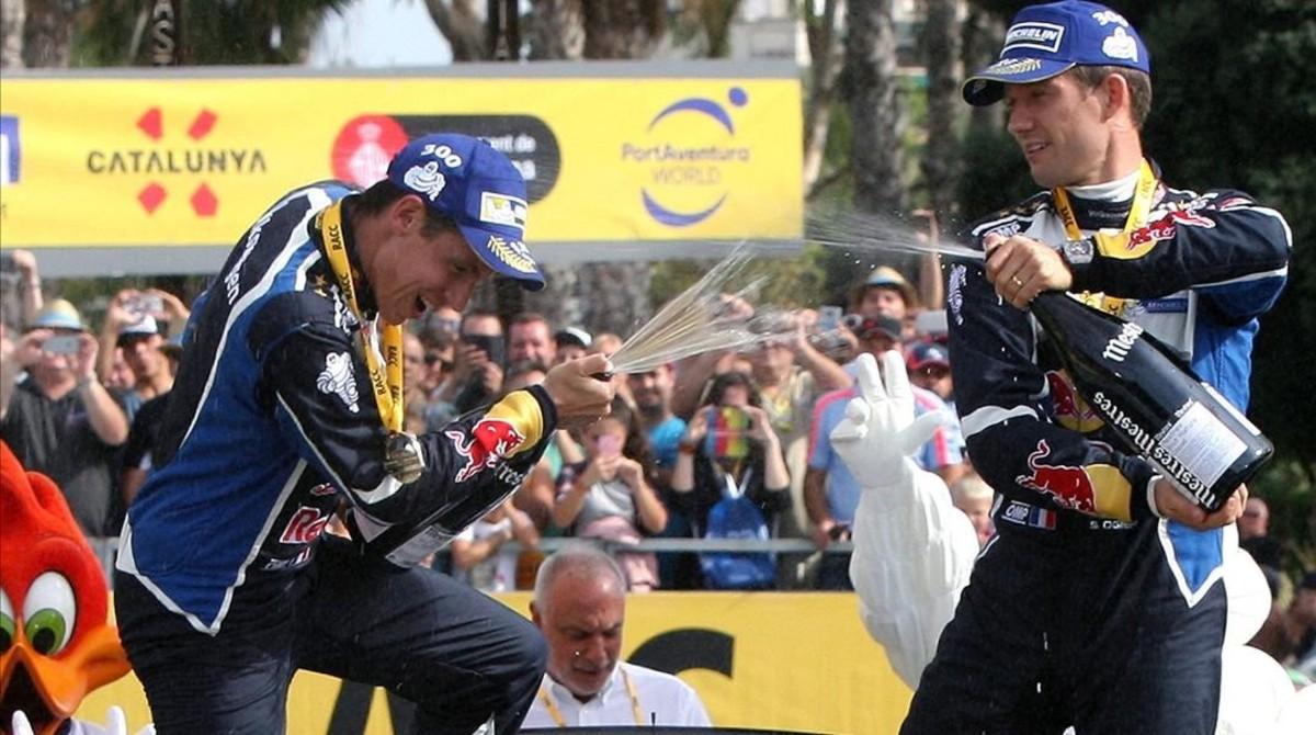 Sébastien Ogier (derecha) celebra con su copiloto, Julien Ingrassia, su cuarto título mundial.