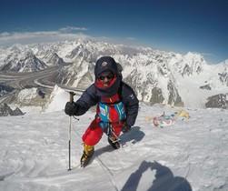 Sergi Mingote a 7.100 metros de altura con el glaciar Austen detrás