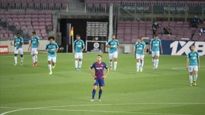 Sergi Roberto, cariacontecido mientras los jugadores de Osasuna celebran el 0-1.