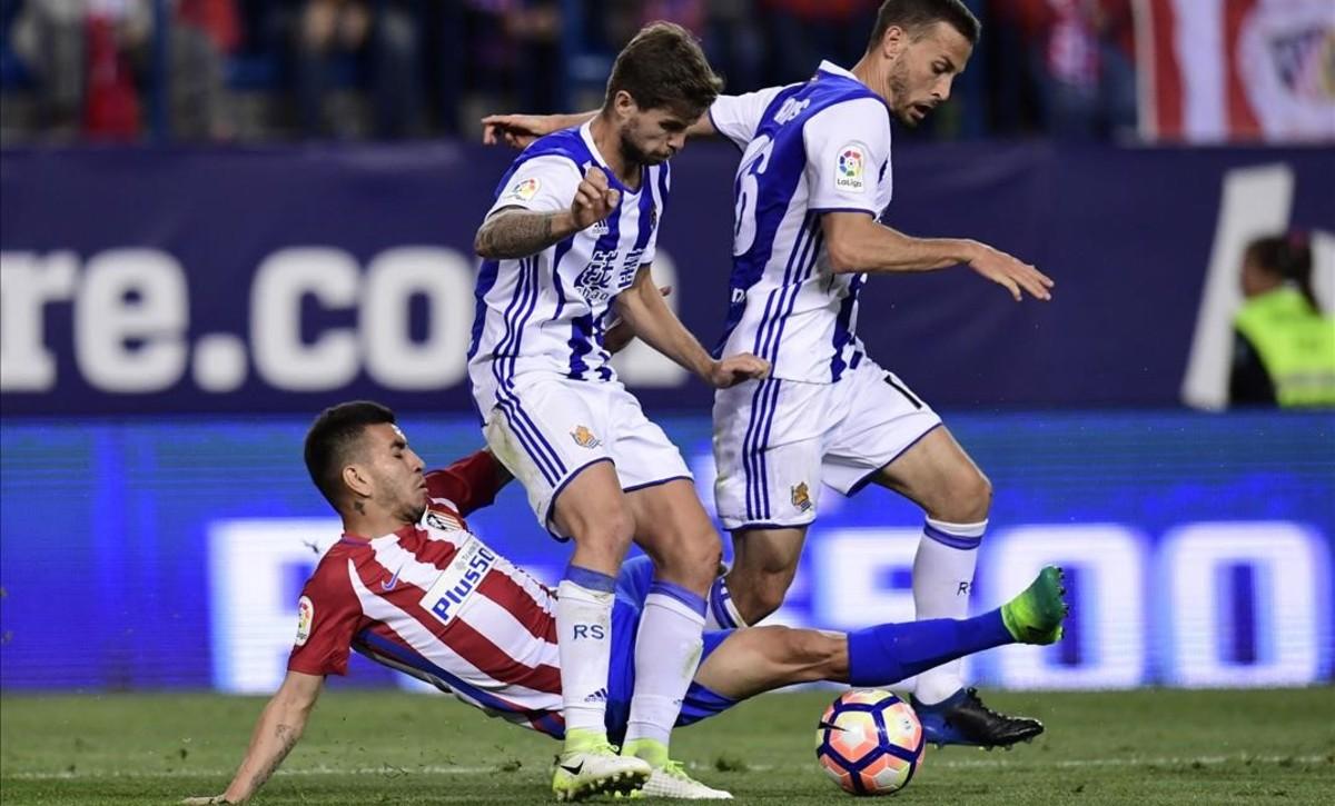 Sergio Canales e Íñigo Martínez de la Real en el partido contra el Atlético de Madrid.