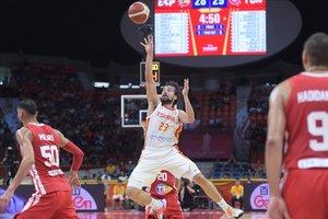 Sergio Llull lanza un triple forzado en el partido del debut ante Túnez