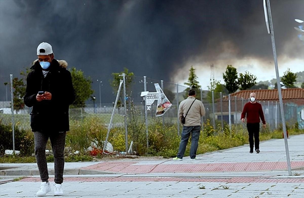 Vecinos de Seseña pasean por el pueblo con mascarillas debido al incendio del mayor cementerio de neumáticos de Europa