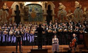 Simon Halsey, dirigiendo el Orfeó Català, en el Palau de la Música.