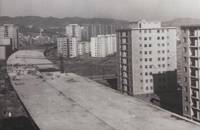 Imagen de la construcción deSant Roc expuesta en el Ateneu del barrio enla muestra fotográfica para celebrar el 50º aniversario de su construcción.