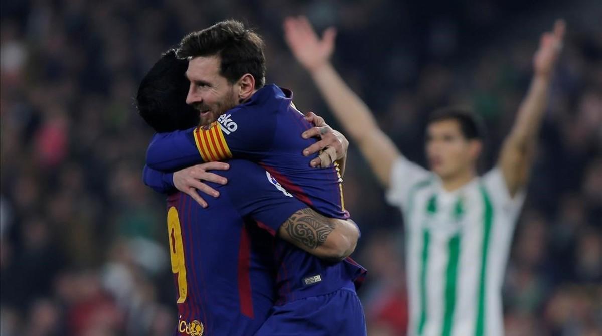Suárez y Messi celebran uno de los cinco goles marcados al Betis.