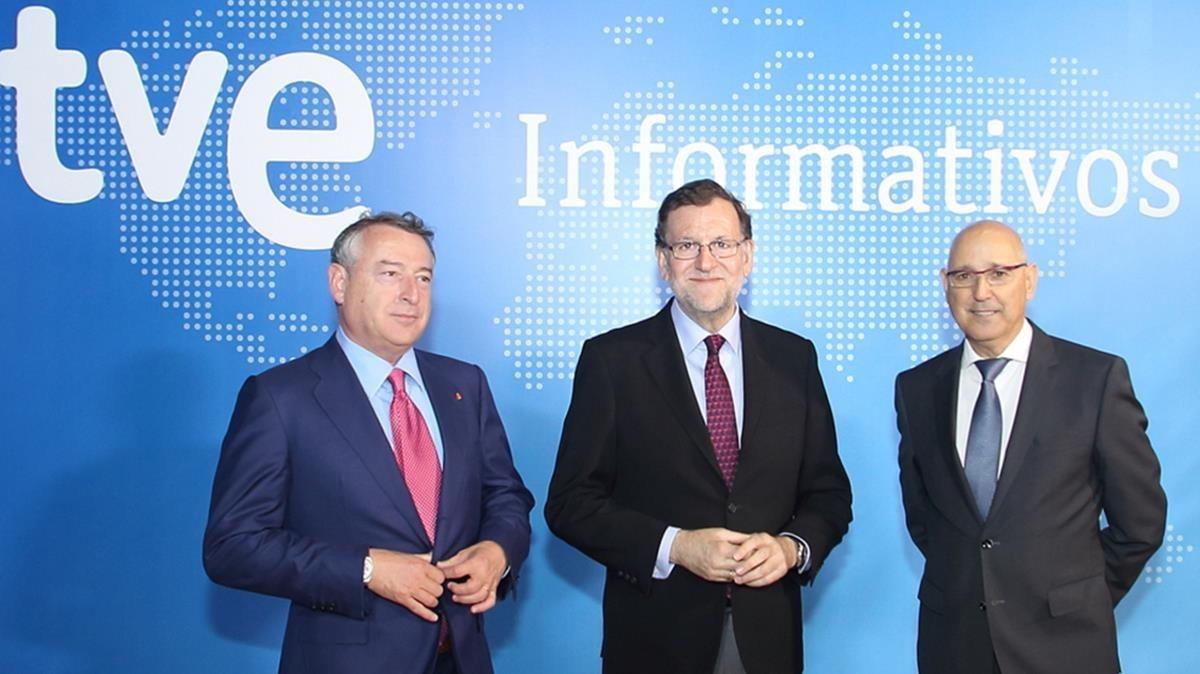 Mariano Rajoy, entre José Antonio Sánchez, presidente de RTVE, y José Antonio Sánchez Gundín, director de los Servicios Informativos de TVE.