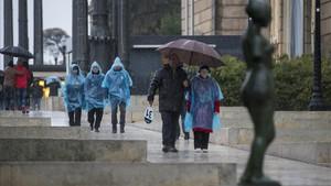 Un grupo de turistas abandona el MNAC de Montjuïc, este viernes.