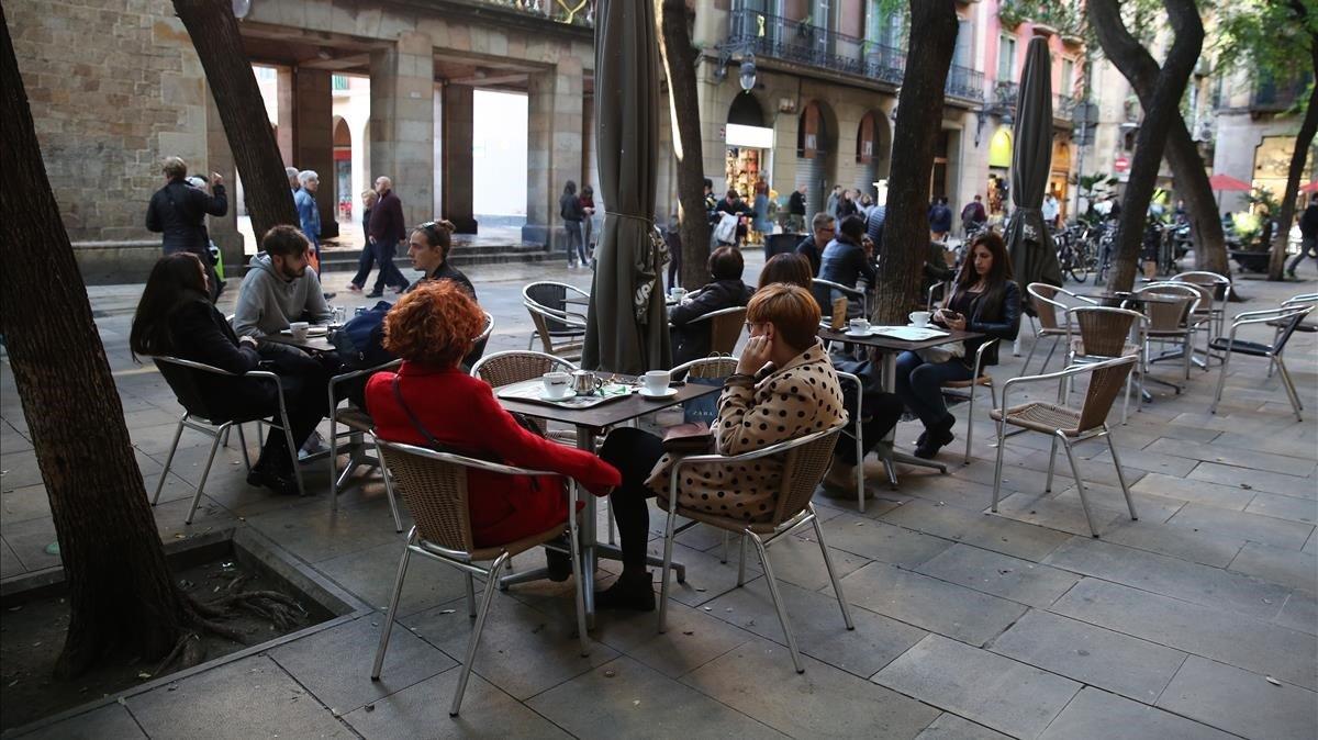 Terraza de la plaza Bonsuccès a la que se le reclama que retire se reduzca en dos mesas.