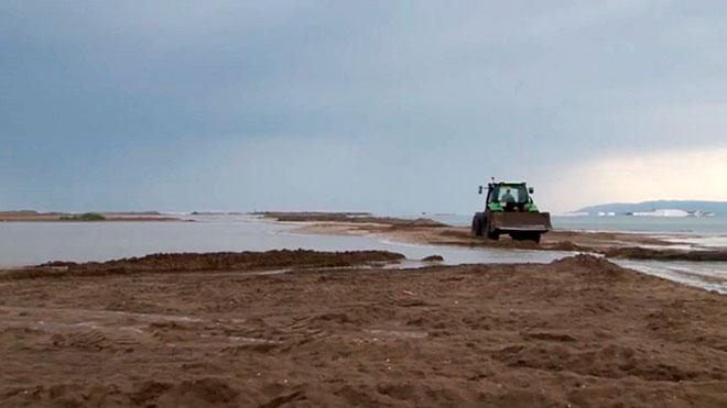 La tormenta rompe la Barra del Trabucador en el Delta de l'Ebre.