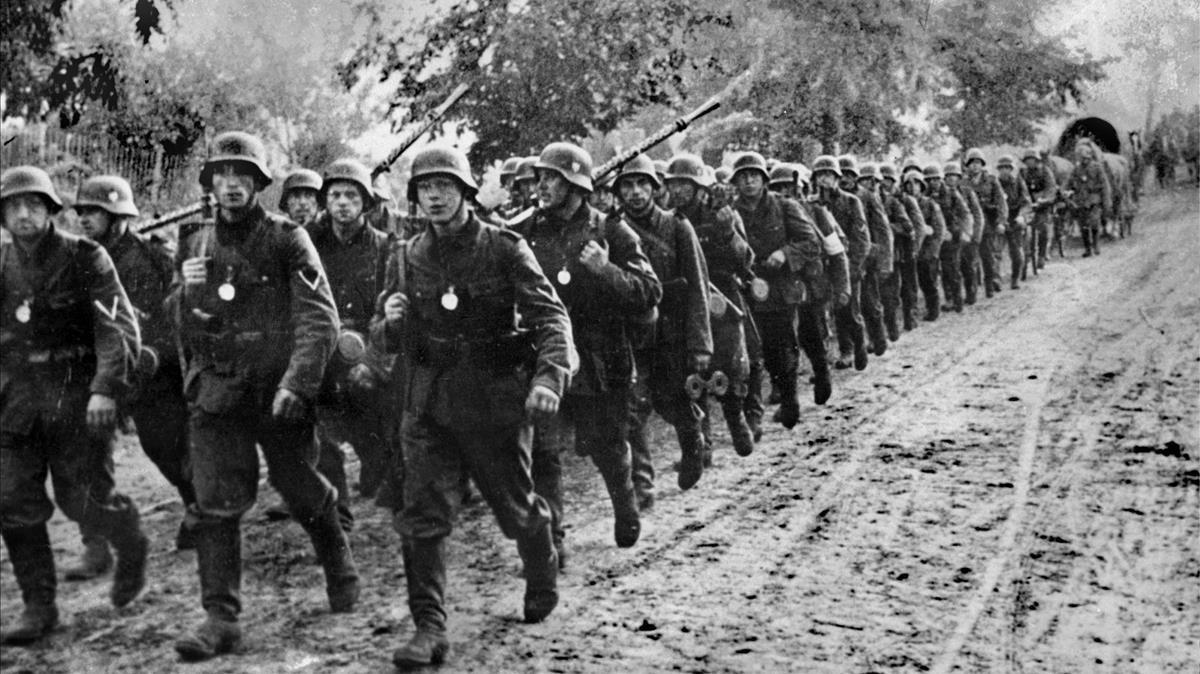 Tropas alemanas entrando en Polonia en septiembre de 1939 en la llamada guerra relámpago de Hitler.