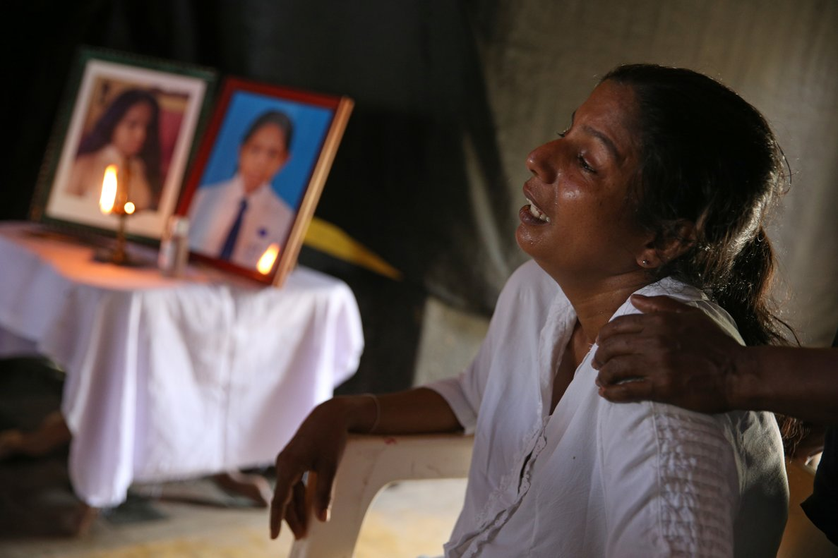 Una mujer llora la muerte de su hijo de 13 años, fallecido en el ataque a la iglesia de San Sebastián, en Negombo (Sri Lanka).