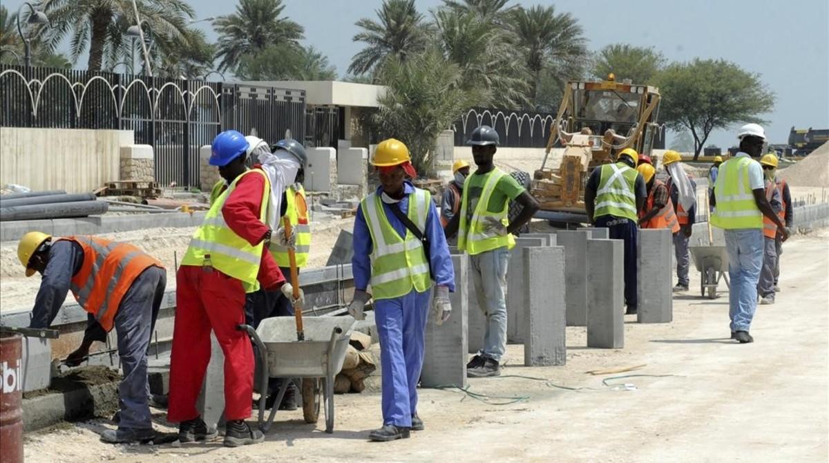 Inmigrantes trabajando en la construcción de una carretera en Doha (Catar).
