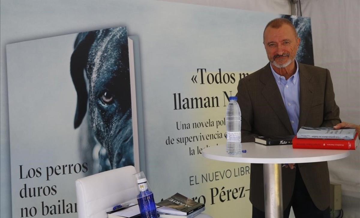 Arturo Pérez Reverte presentando su última obra en la Feria del Libro.