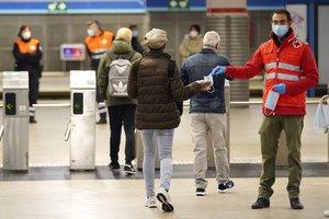 Reparto de mascarillas en la estación de Atocha de Madrid