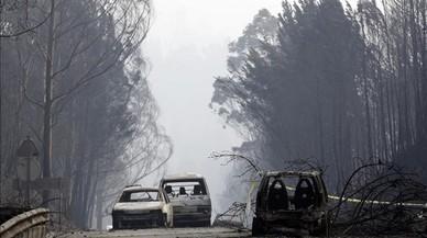 Vehiculos calcinados en la carretera de Castanheira de Pera y Figueiro dos Vinhos
