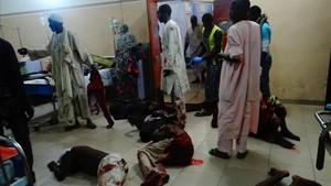 Víctimas heridas por el ataque suicida yacen en el suelo en el hospital a la espera de atención médica, en Maiduguri (Nigeria), el 15 de agosto.