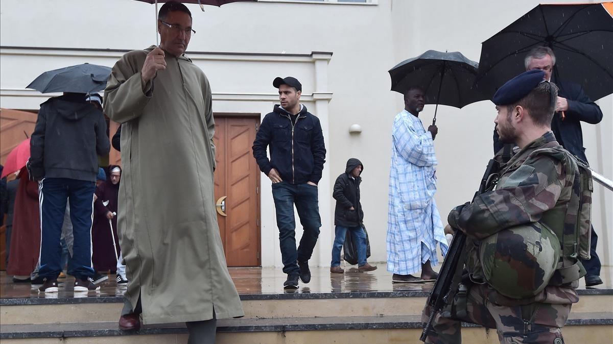 Vigilancia militar ante una mezquita en Estrasburgo, tras los atentados de París del 2015.