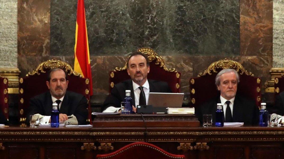 Vista por las cuestiones previas del caso del 1-O, en diciembre pasado. En la imagen, Manuel Marchena (en el centro) preside el tribunal junto a los jueces Andrés Martínez (izquierda) y Juan Ramón Berdugo.