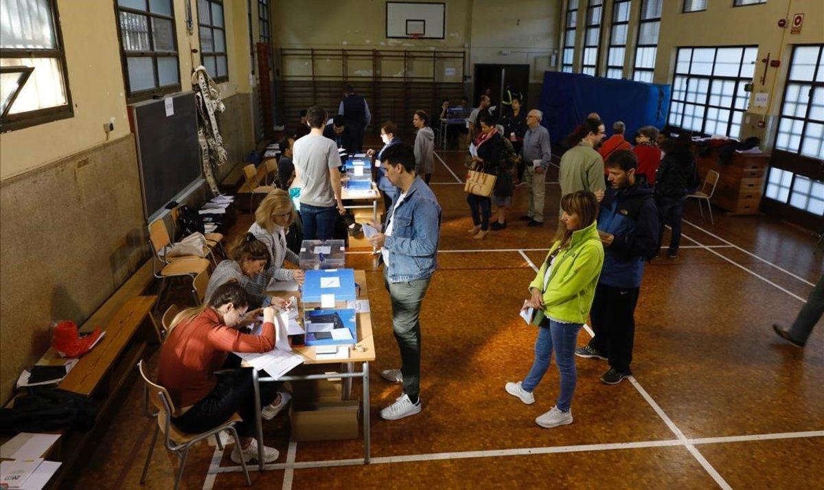 Votaciones a primera hora de la mañana en el Institut La Sedeta.