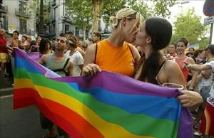 Manifestantes celebran el Día del Orgullo Gay de 2005, en Barcelona