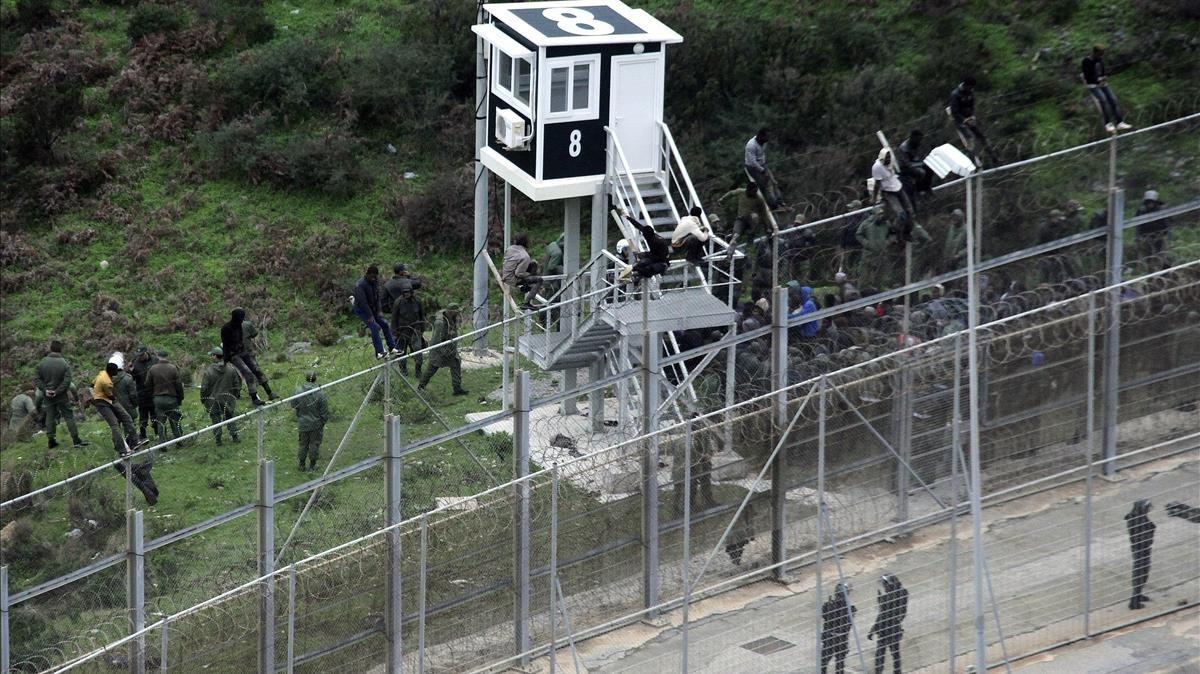 Imagen de archivo de un salto a la valla de Ceuta.