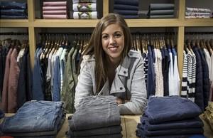 Eva Amorín, en la tienda de Furest de La Maquinista en la que trabaja por las tardes.