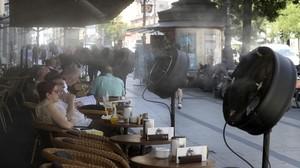 Ventiladores nebulizadores en una terraza del centro de Madrid, este miércoles.