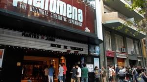 Espectadores haciendo cola para entrar en la Secret Premiere del Phenomena, el pasado martes.