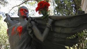Pintadas en la estatua de la tumba de Lola Flores.