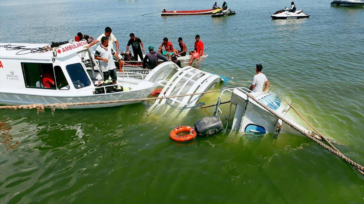 El naufragio de la embarcación en el río amazónico en Porto de Moz, Brasil.