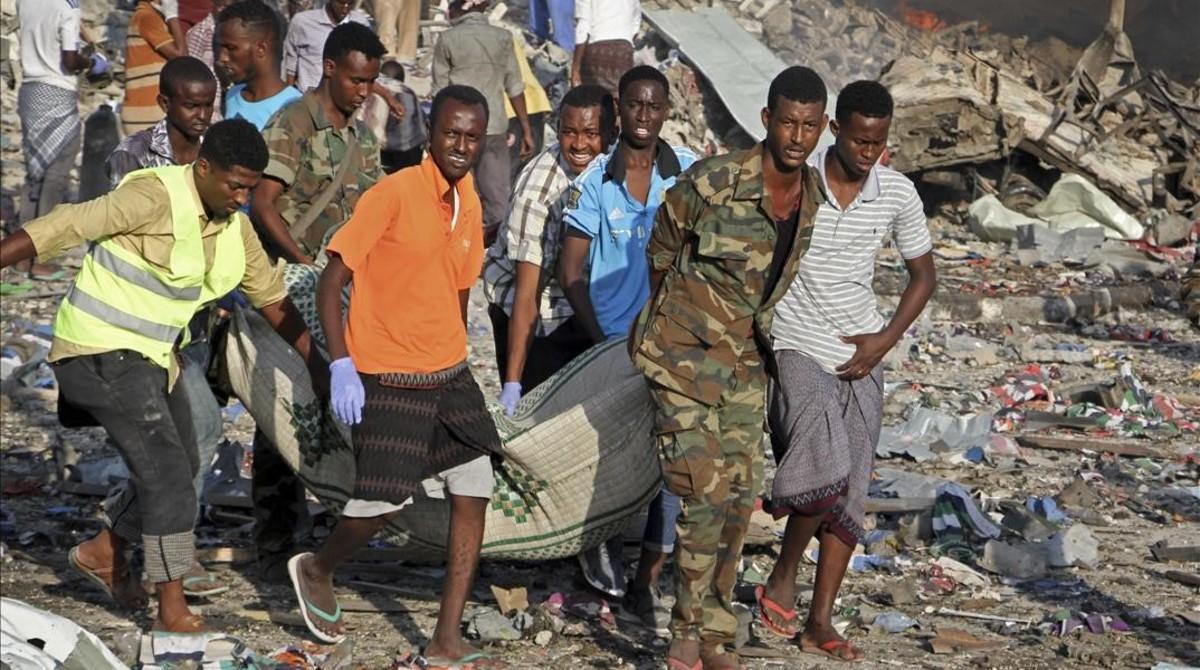 Traslado de un cadáver del lugar donde se ha producidouno de los atentados con bomba en Mogadiscio.