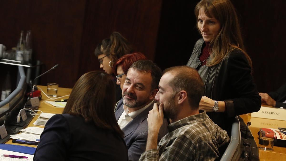 La concejala del grupo Demòcrata Sònia Recasens, de espalda, habla con el republicano Alfred Bosch en la comisión de Economía de este martes.