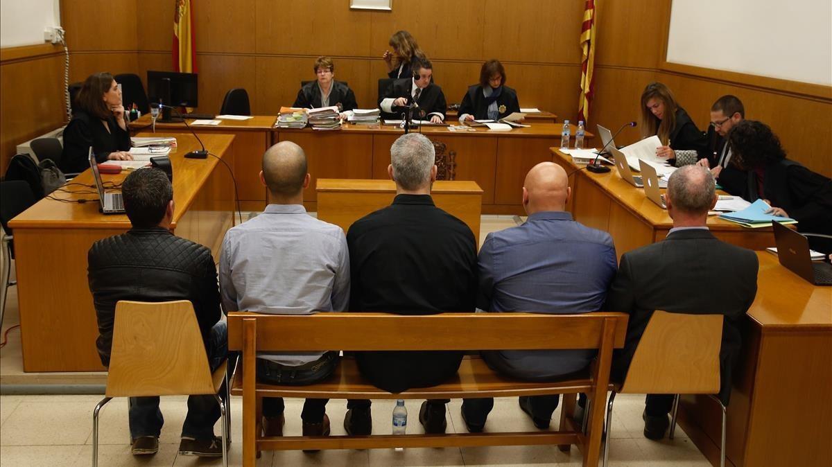 Juicio a cinco mossospor golpear a manifestantes de Can Vies en el 2014