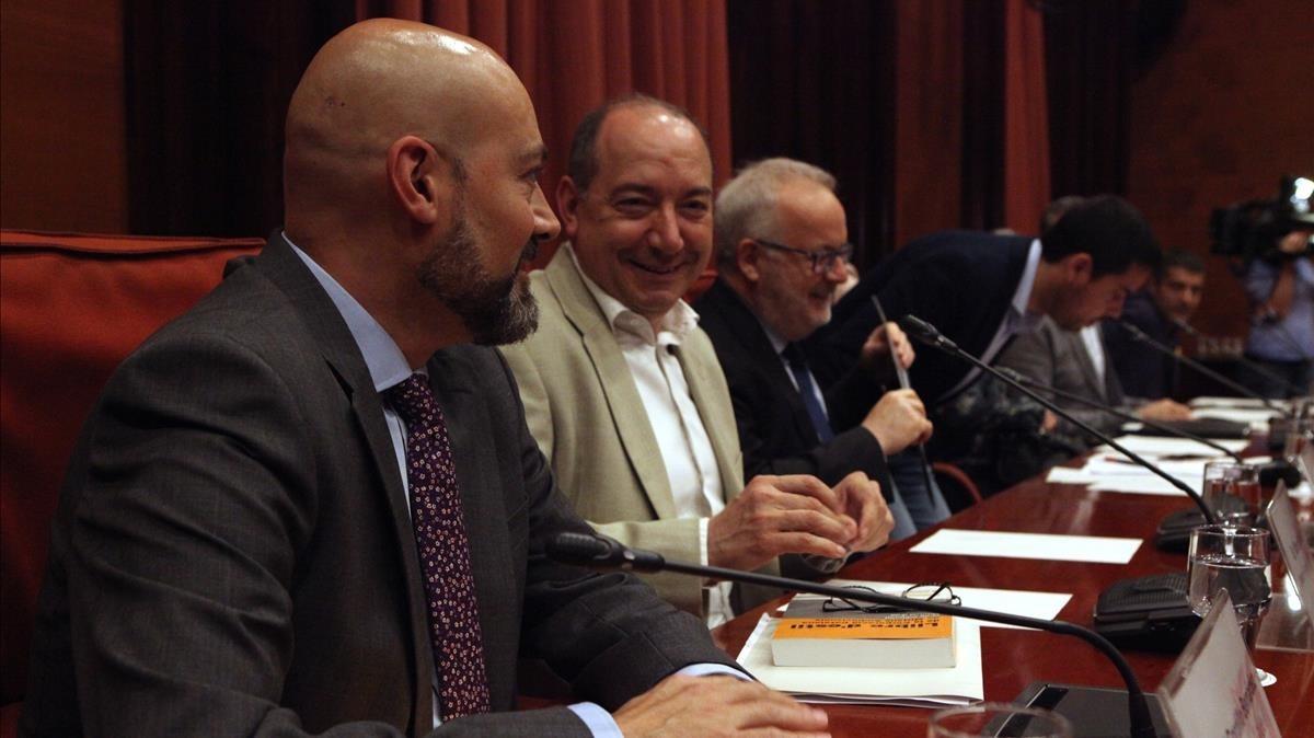 Saül Gordillo, director de Catalunya Ràdio;Vicent Sanchis, director de TVC, y Brauli Duart, presidente de la CCMA, en la comisión de control en el Parlament.