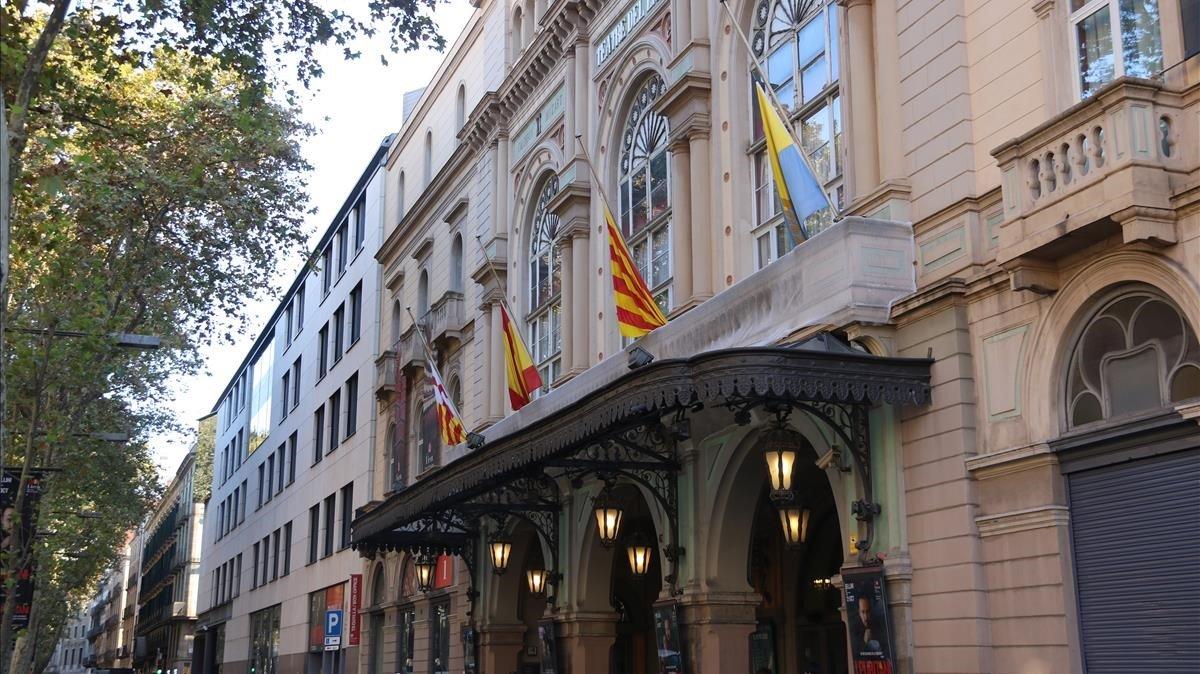 Las banderas del Liceu ondean este sábado a media asta tras la muerte de Montserrat Caballé.