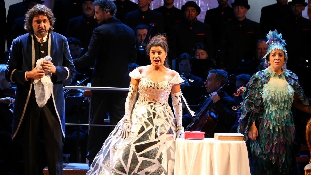 La mezzosoprano italiana Cecilia Bartoli (centro), con David Alegret y Rosa Bove, representando 'La Cenerentola', en el Palau de la Música.