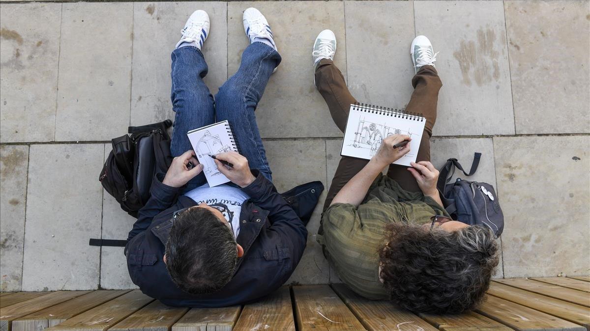 Dos participantes de 'Sketch&Write' dibujan en el Convent de Sant Agustí.