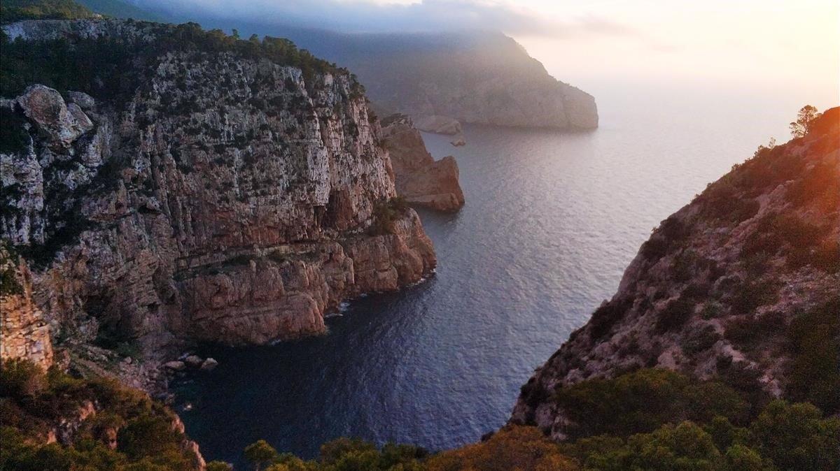 El precipicio de 180 metros que se hunde en el Mediterráneo desde la Hacienda Na Xamena.