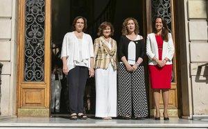 La alcaldesa Colau, la vicepresidenta Calvo, la 'consellera' Capella y la decana de los abogados, Maria Eugènia Gay, en la puerta del Col·legi de l'Advocacia de Barcelona.