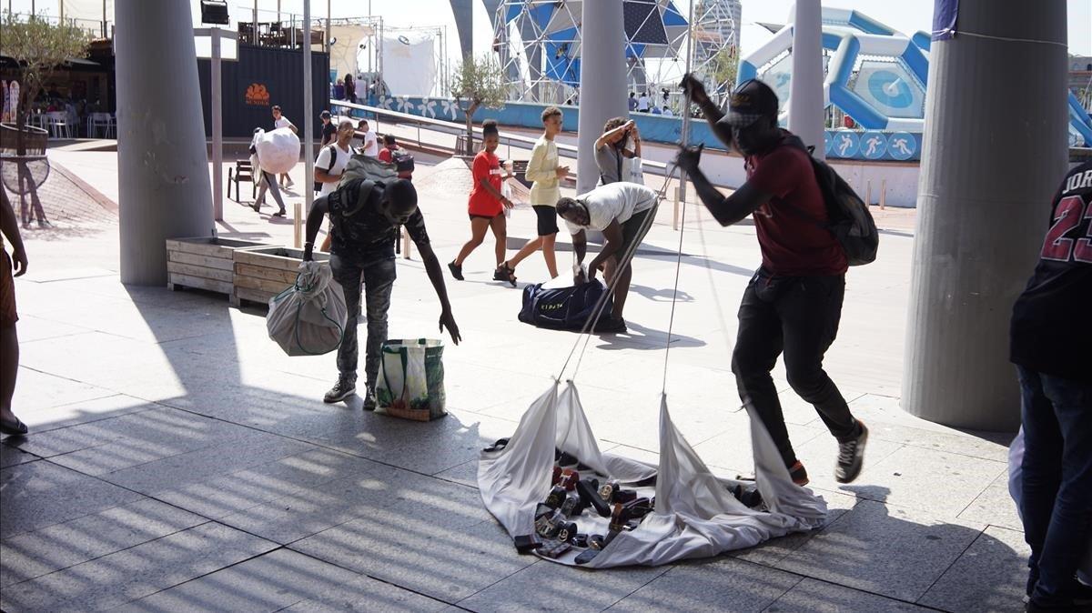 El 'top manta' batega a Barcelona mentre comuns i socialistes fan equilibrisme polític amb el conflicte