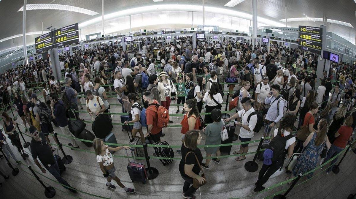 L'aeroport de Barcelona es lliura del caos malgrat la vaga de vigilants