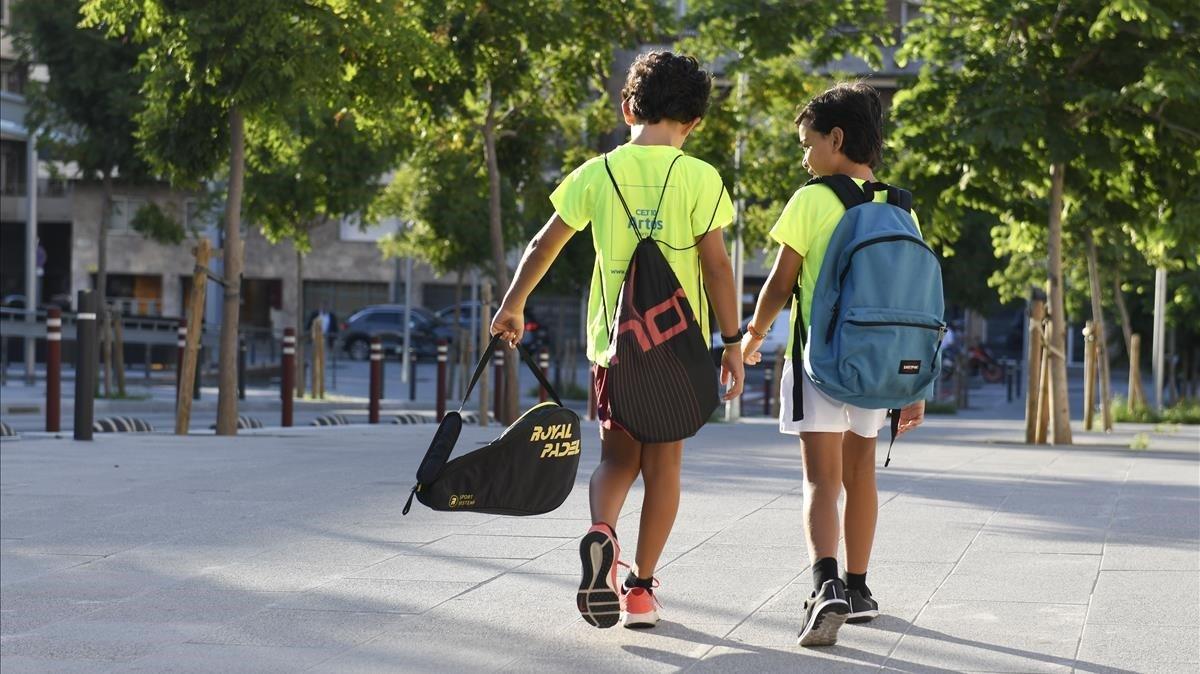 Dos hermanos, en su última semana de vacaciones, camino del casal de verano, enBarcelona