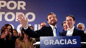 Pablo Casado saluda a los simpatizantes del PP, el domingo por la noche en el escenario que el partido colocó frente a la sede de Madrid.