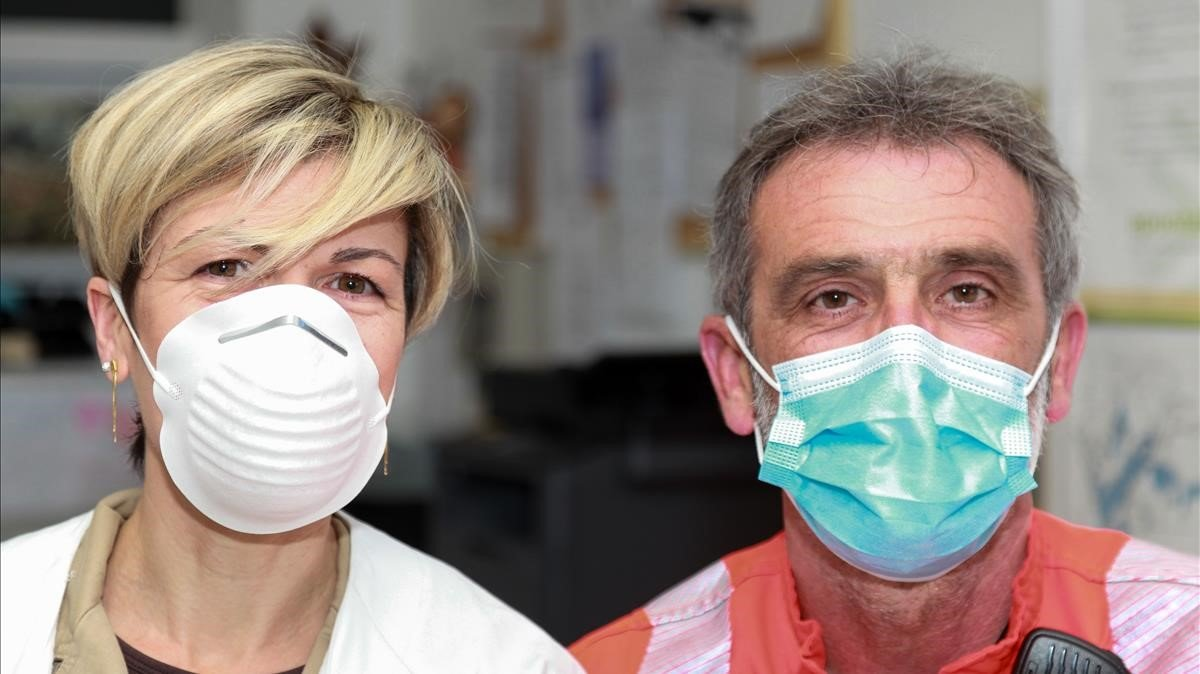 Dos personas muestran dos tipologías de mascarillas, enla farmacia Bauzá de Marratxí.