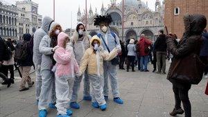 Visitantes de Venecia, donde el carnaval ha sido cancelado, este domingo.