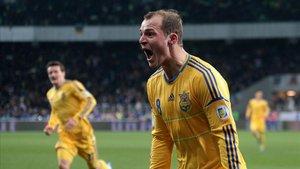 Zozulya, en un partido con Ucrania, celebra un gol ante Francia.