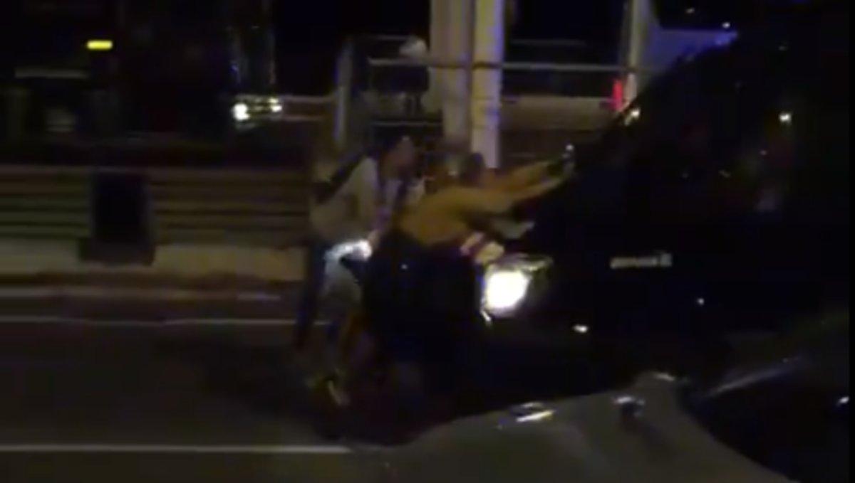 Un furgón de Mossos arrastra a manifestantes en El Prat.