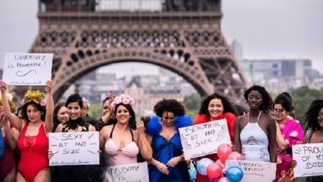 Models de talles grans desfilen per la diversitat a París