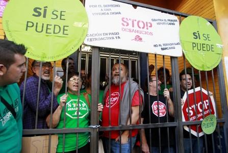 Activistas de la PAH, movilizados para evitar un desahucio en Sagunto, el pasado 21 de octubre.
