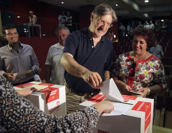José Antonio Pérez Tapia se ha mostrado optimista con sus resultados, esta mañana, al ir a votar en el centro de Granada.